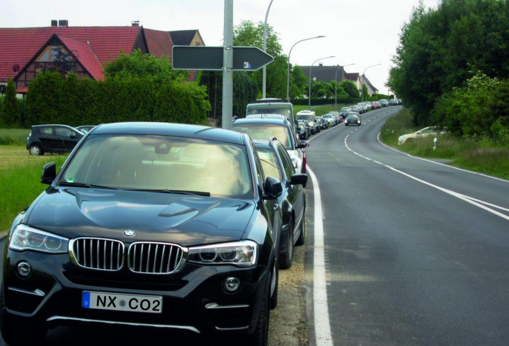 Autoschlange auf Radweg