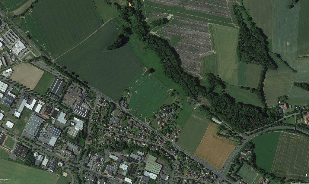 Hier zu sehen die Flächen um die es geht. Links südlich vom Oetternbach, die Balbrede. Ganz rechts im Bild die Flächen auf denen nun Gewerbeflächen entstehen sollen. Taoasis hat ganz links, schon in Lage (nicht mehr im Bild) nun ein Gelände für seine Felder und die Produktion erhalten.